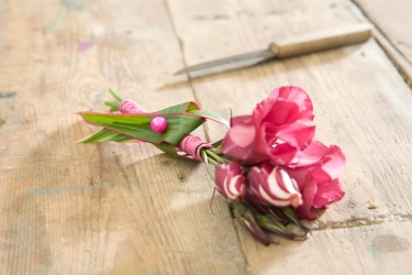 Use a special Pearl-deco pin to attach the leaf on the stem. Use Oasis Floral Glue to attach some floral elements.