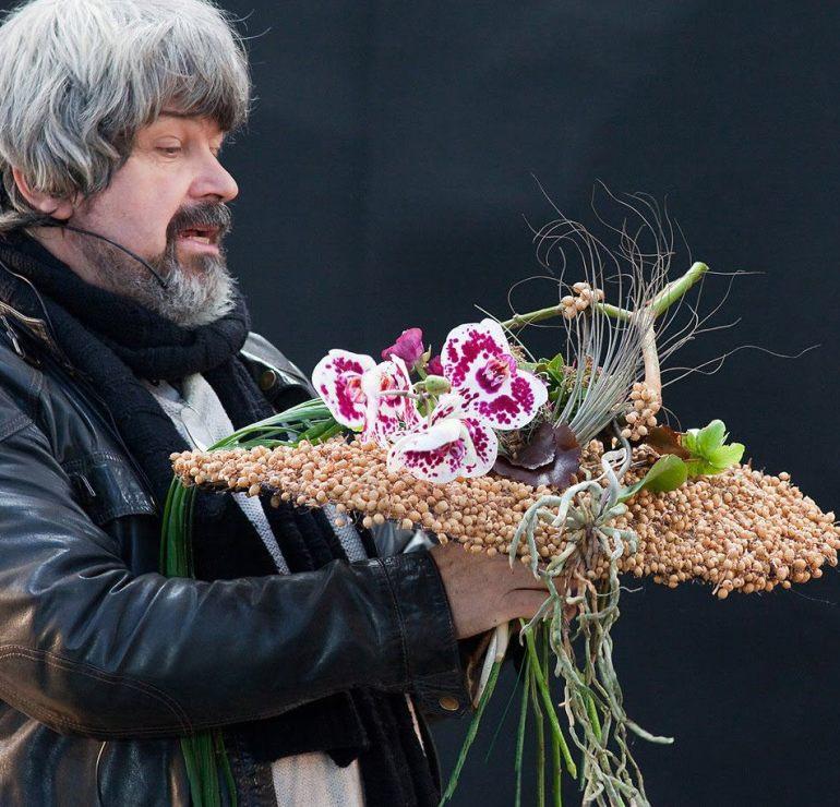 Gregor Lersch domonstrating a wedding-bouquet.