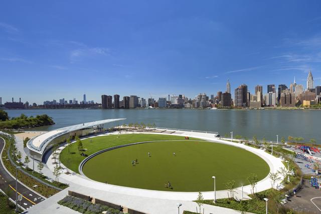 5231262ce8e44efffa00002b_hunter-s-point-south-waterfront-park-thomas-balsley-associates-weiss-manfredi_av_multi-use_green_oval1
